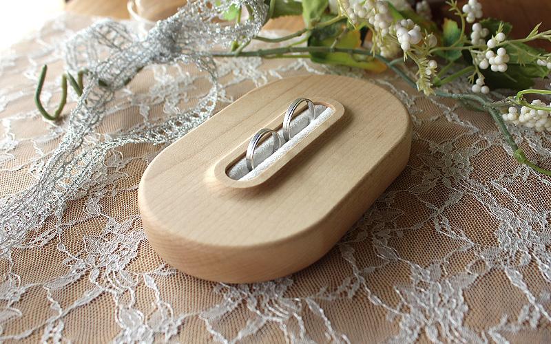 大切な瞬間を引き立てる、格調高い木製リングピロー