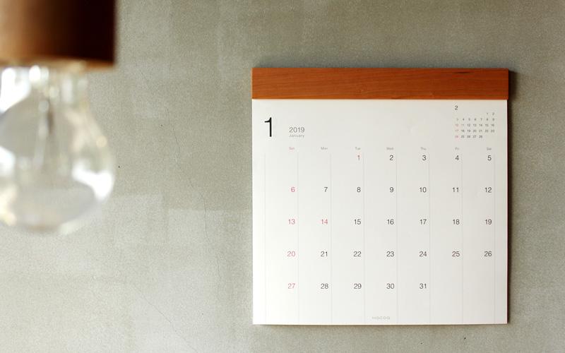 無垢材の風合いが美しいシンプルな壁掛けカレンダー
