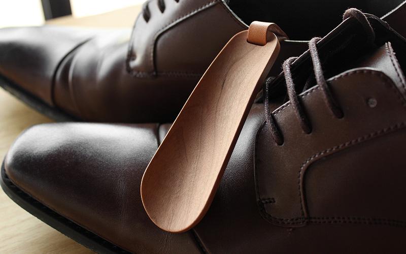 手足に馴染む美しいフォルムの携帯用靴べら