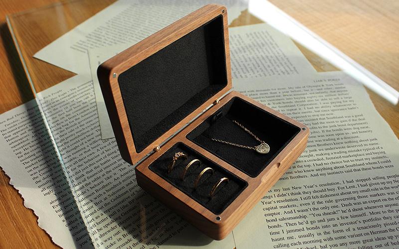 銘木を削り出して作った重厚感あふれる木製ジュエリーボックス・アクセサリーケース