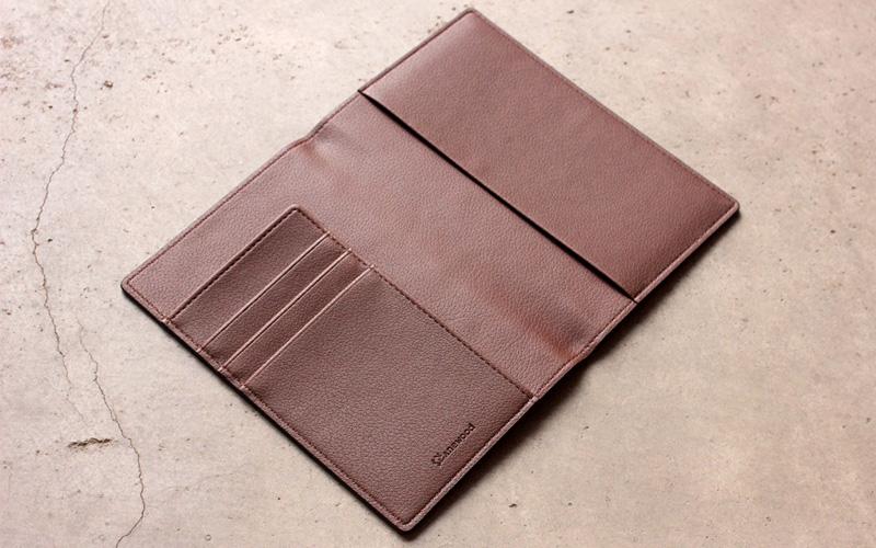 取り出しやすく、シンプルな使い心地のパスポートホルダー 「CONNIE Plain Passport Holder」