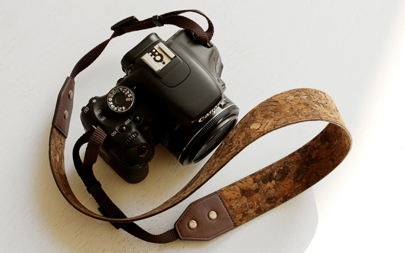 コルクレザーのカメラストラップ「CONNIE Neck Camera Strap」