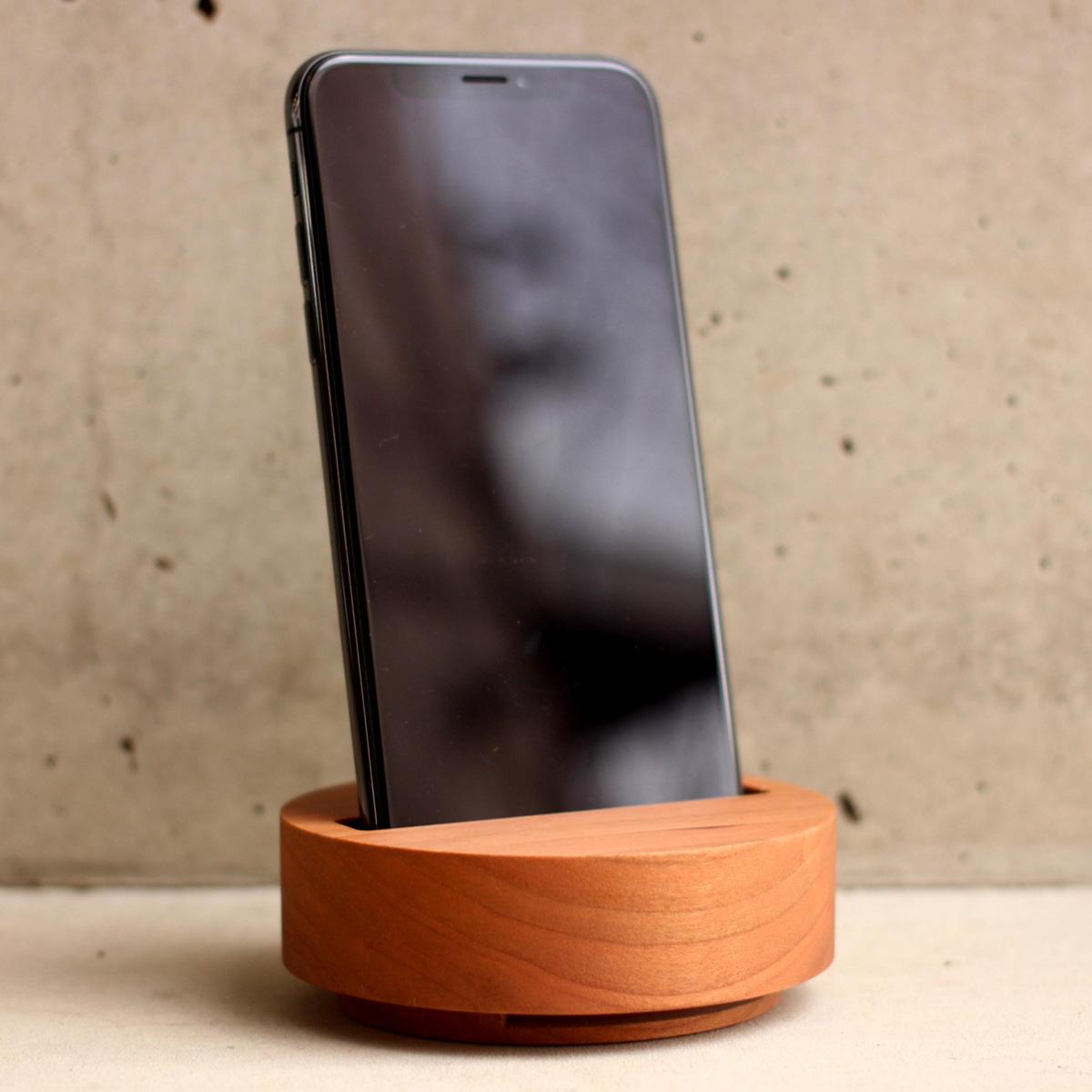 木塊を削り出した、シンプルな無電源スピーカースタンド「Wooden Speaker Drum」にチェリーが追加。