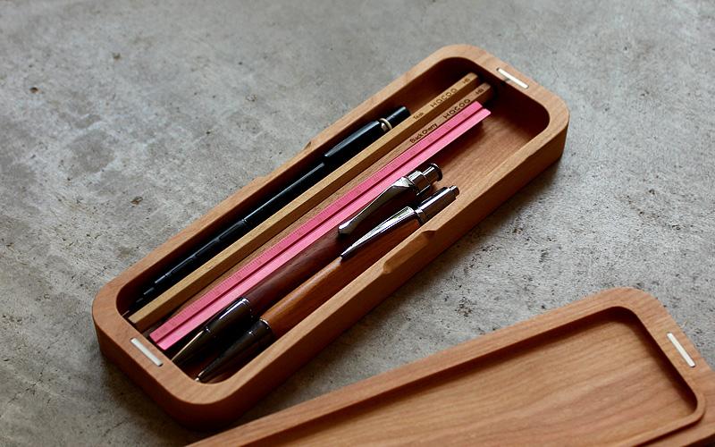 日本の木地職人が高級木材を一つひとつ磨いてペンケースを仕上げています。学生・ビジネスマンが長く愛用できる美しいシンプルデザインです