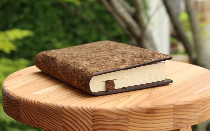 コルクレザーを活用した文庫本サイズのブックカバー「CONNIE Book Cover」