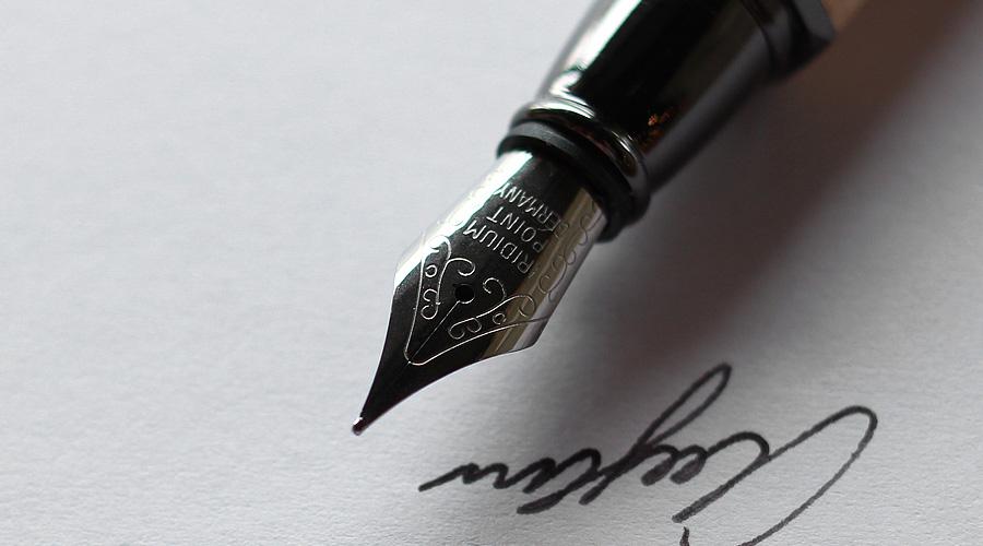 アルミニウムから削り出したボディに銘木をプラスした万年筆