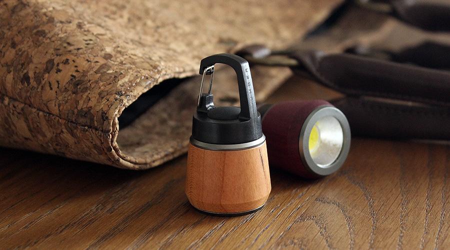 ステンレスやプラスティック製の懐中電灯やマグライトと比べ、優しい手触りを感じさせてくれるおしゃれな木のLEDハンディライトです。