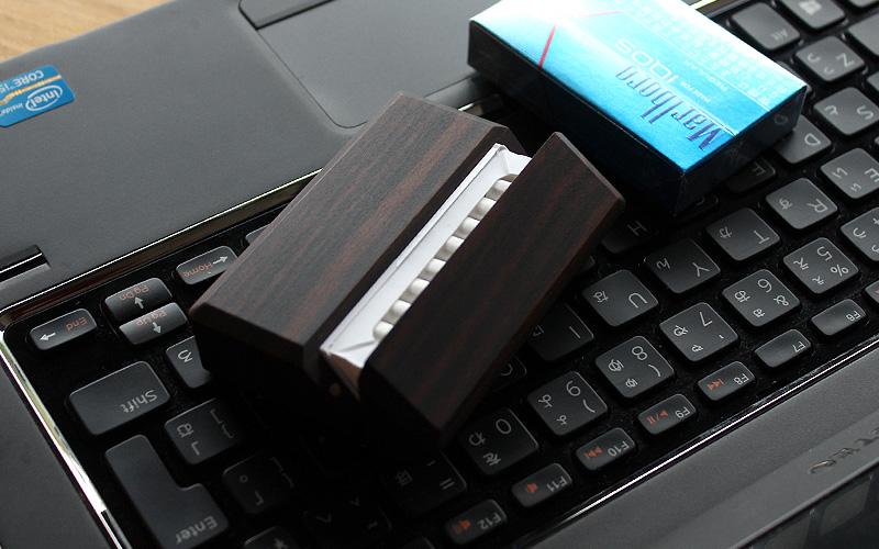 IQOS用のタバコを箱ごとケースに入れるだけで簡単に収納・使用出来るシガレットケース。