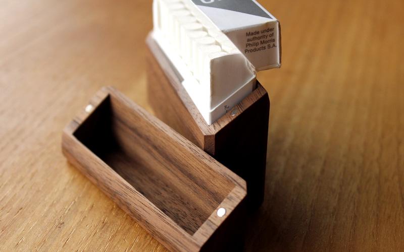 マグネットを使用しているので、持ち運び中にフタが開く心配もありません。ヒートスティックを手軽に収納、使用感もパッケージそのままの木製たばこケースです。