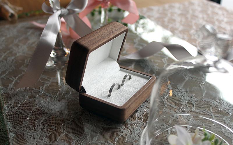 大切なエンゲージリングや婚約指輪を宝物として保管できるアクセサリーケース