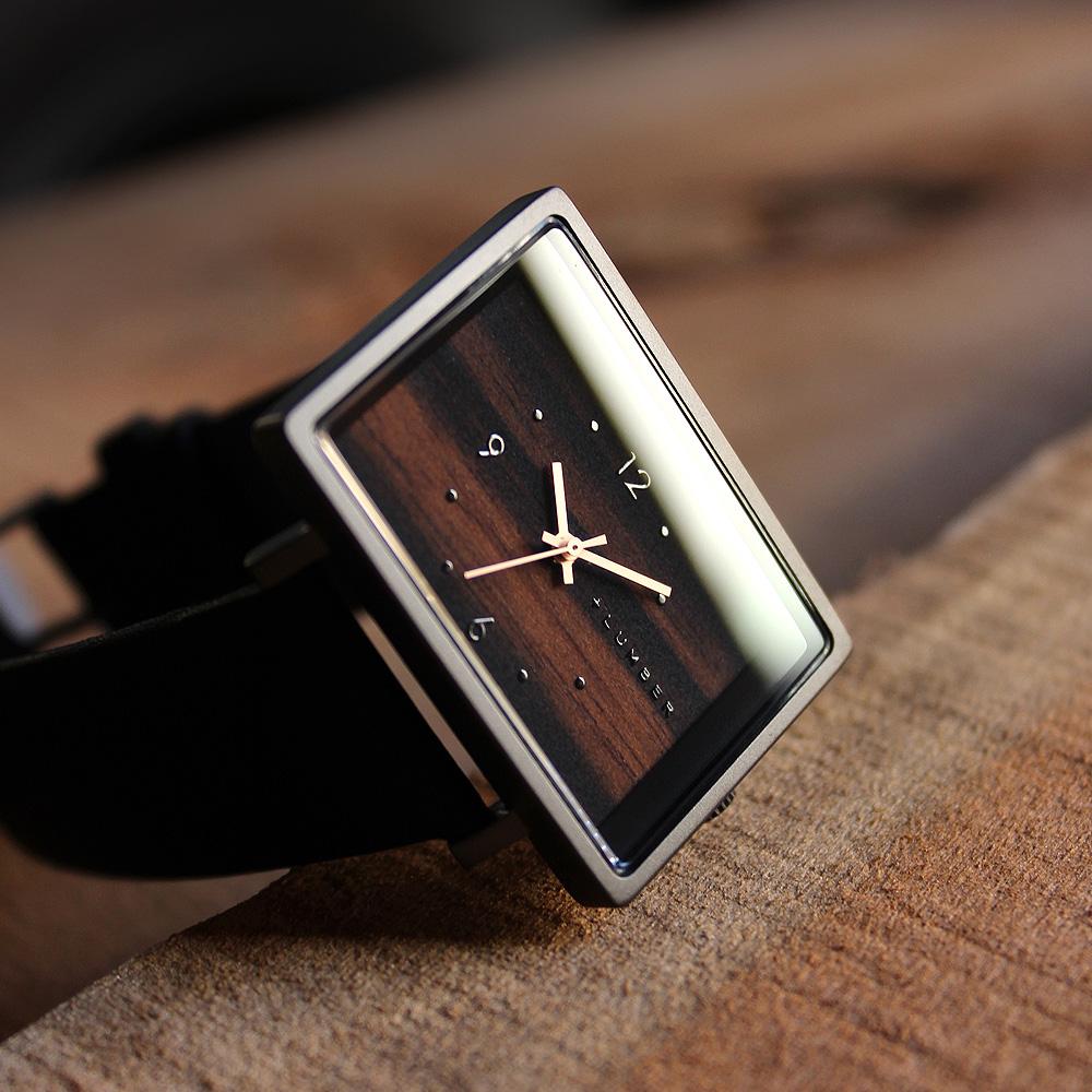 文字盤に木を使用したシンプルな四角い木製腕時計