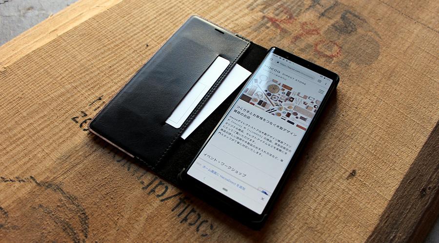 こちらのXperia5ケースにはカードが入れられる収納ポケットをご用意。
