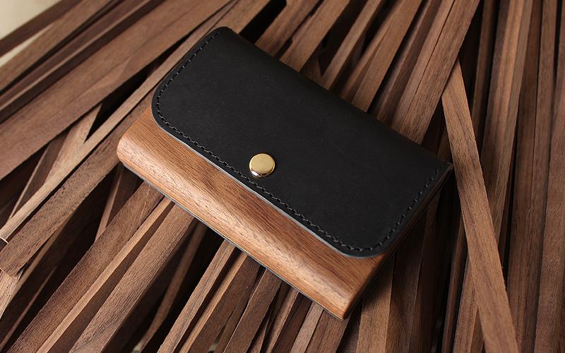 職人が木と革のそれぞれの良さを引き合わせて作った名刺ケースです。木と革の天然素材は、使い込む程に味わいが増し、それぞれの素材が美しい経年変化を見せてくれます。