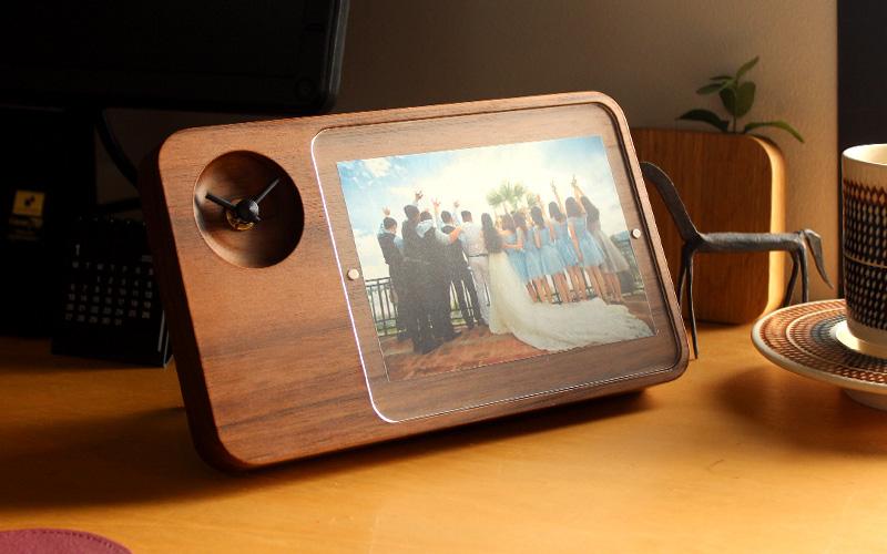 伝統工芸の木地職人が高級木材を一つひとつ削り出して仕上げている時計付き写真立てです。