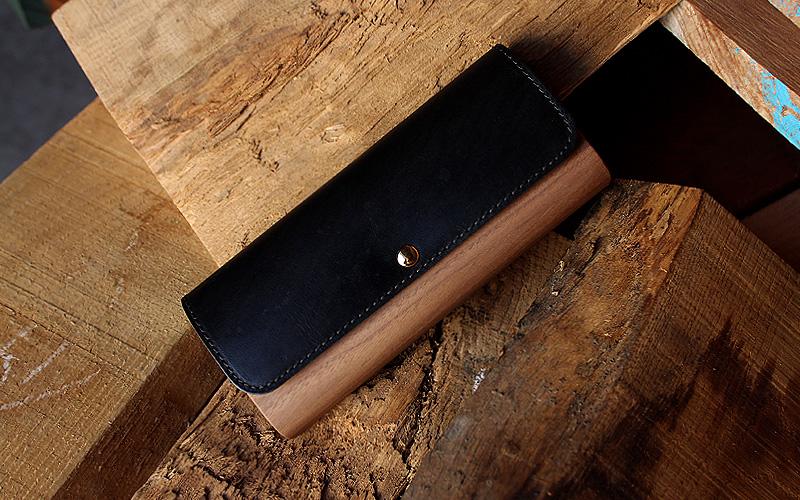 職人が木と革のそれぞれの良さを引き合わせて作ったペンケースです。木と革の天然素材は、使い込む程に味わいが増し、それぞれの素材が美しい経年変化を見せてくれます。