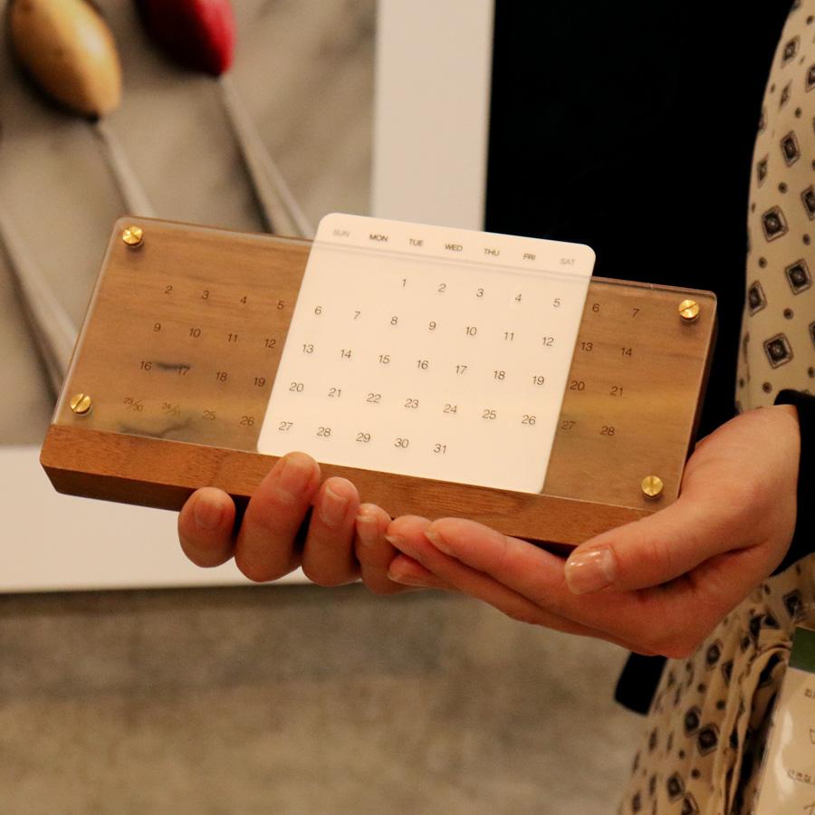 お客様のご愛用品-木製万年カレンダー「DeskCalendarEternal」