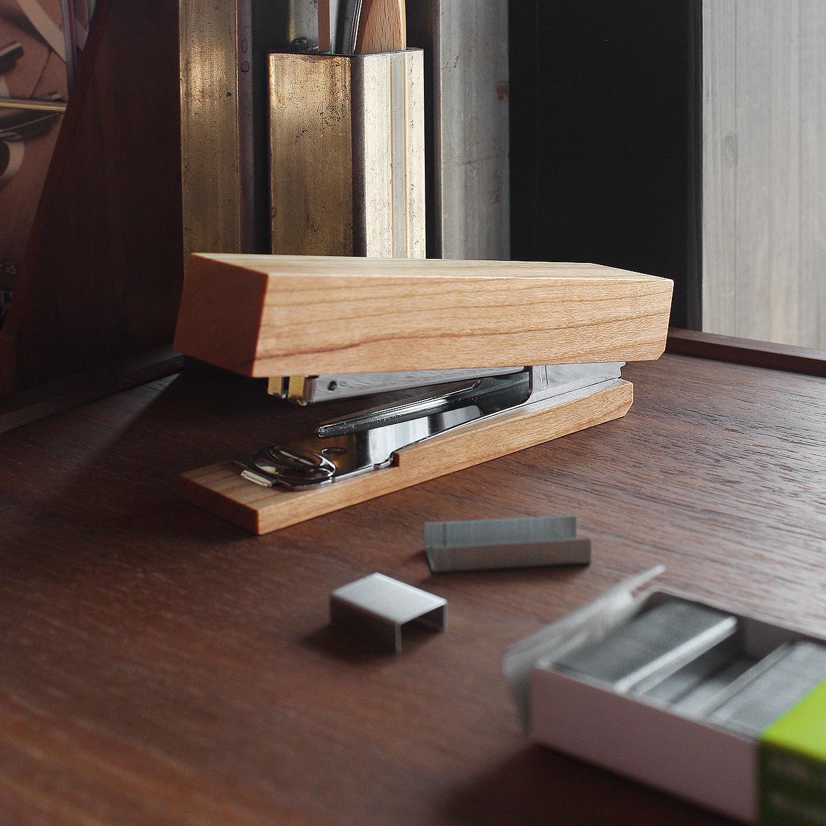 木を削りだしたおしゃれなデザインのホッチキス「Stapler」
