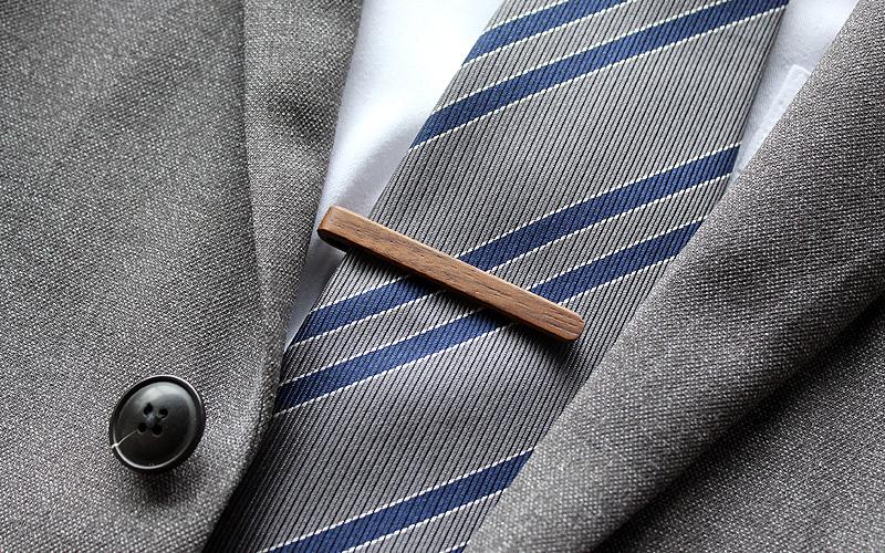 本物の木から削り出した芸術品のような木製ネクタイバー