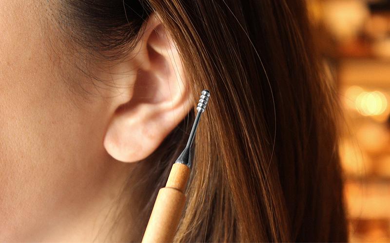 キャップ付きでいつも清潔な木製耳かき