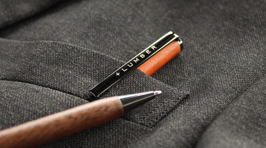 シャツの胸ポケット等にも程よくおさまり、木の質感がおしゃれな木製ペン。