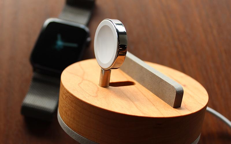 ご愛用のApple Watchの見た目を損なわない、おしゃれで美しいデザインの専用木製クレードル。